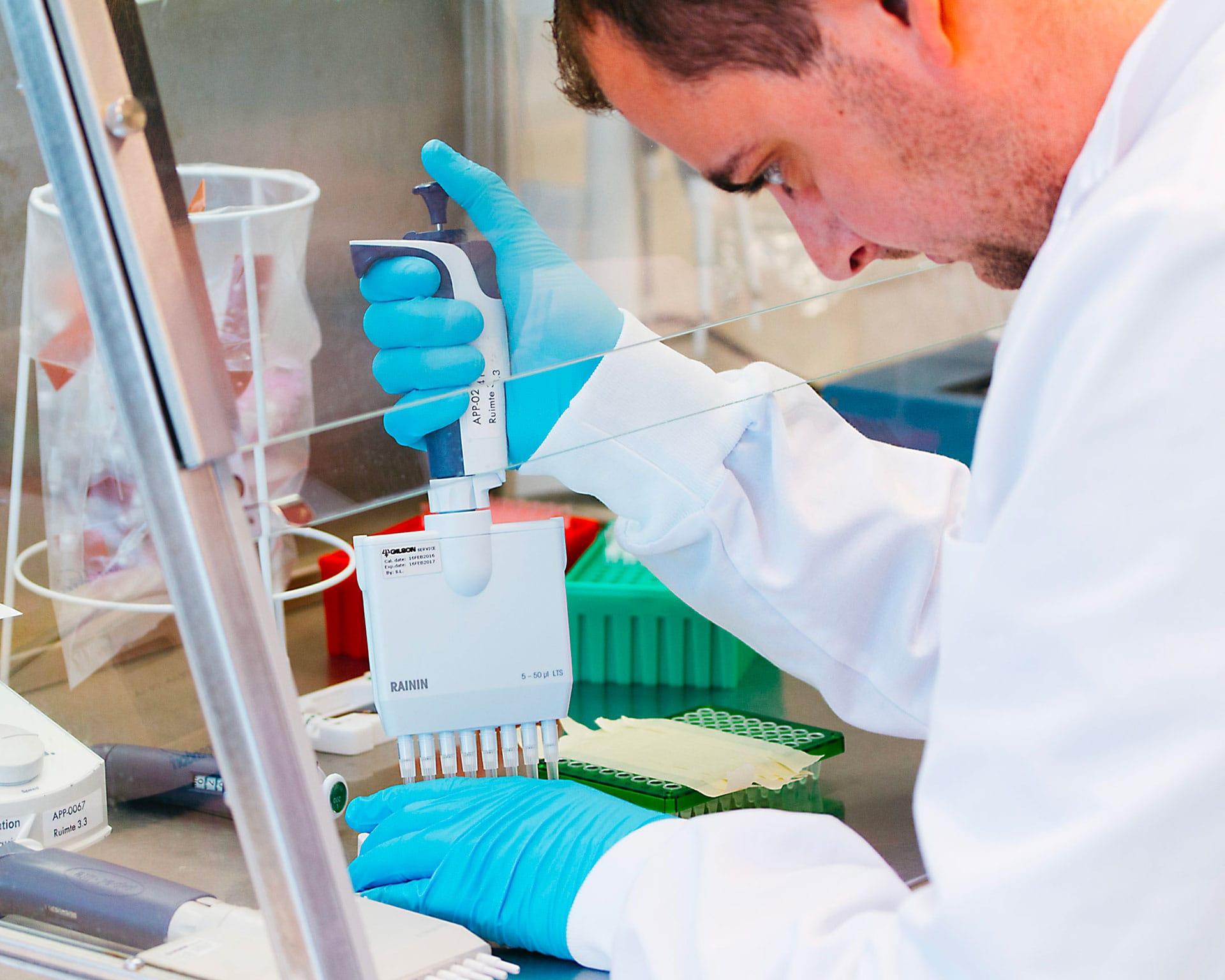 Onderzoeker van Pathonostics onderzoek schimmels. PathoNostics ontwikkelt nieuwe snelle DNA-testen om gistinfecties en schimmelinfecties te diagnostiseren met AsperGenius, DermaNostix en MucorGenius