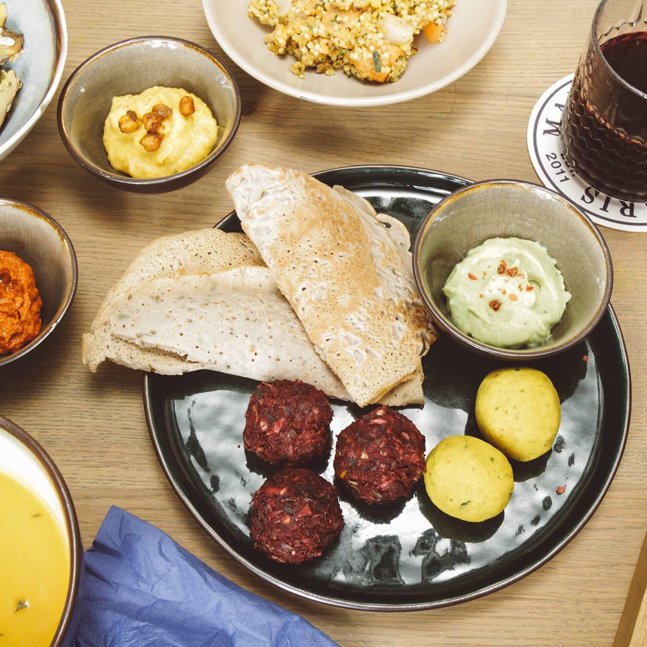 Tafel vol lekkers bij Bijzonder restaurant Sint Pieter Maastricht
