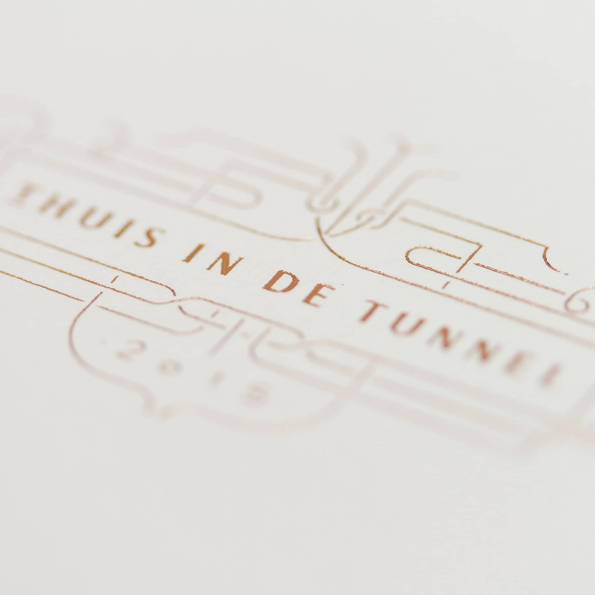 Uitnodiging met foliedruk voor het Gala-diner Thuis in de Tunnel ontworpen door Saus