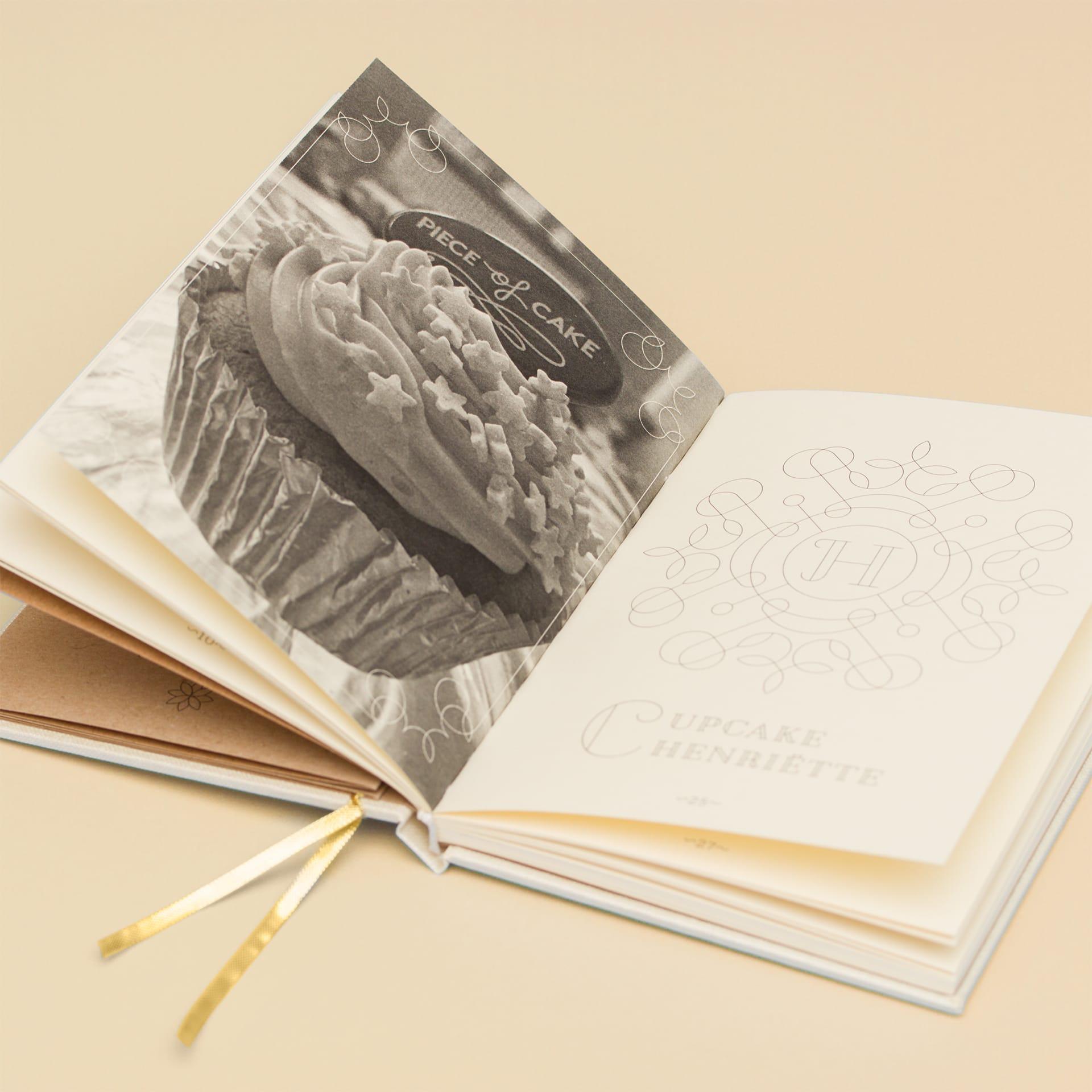 Menukaart met linnen en foliedruk en kraftpapier van Piece of Cake lunchroom met scones, cake, cupcakes, lunch en ontbijt, vlakbij het Vrijthof in de Bredestraat in Maastricht