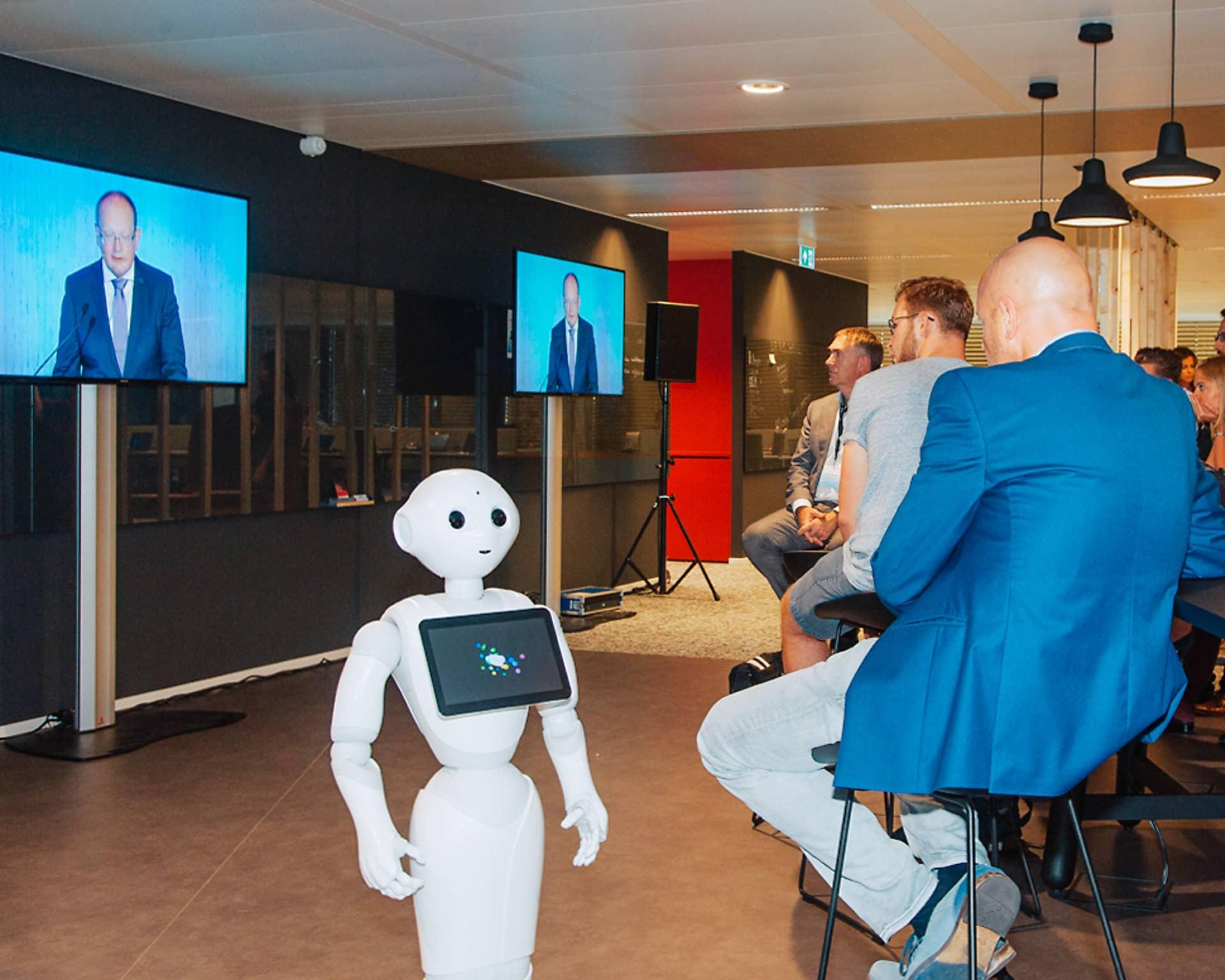 Peter Verkoulen CEO van Brightlands Smart Services Campus in Heerlen tijdens zijn openingsspeech wordt gevold middels een livestream