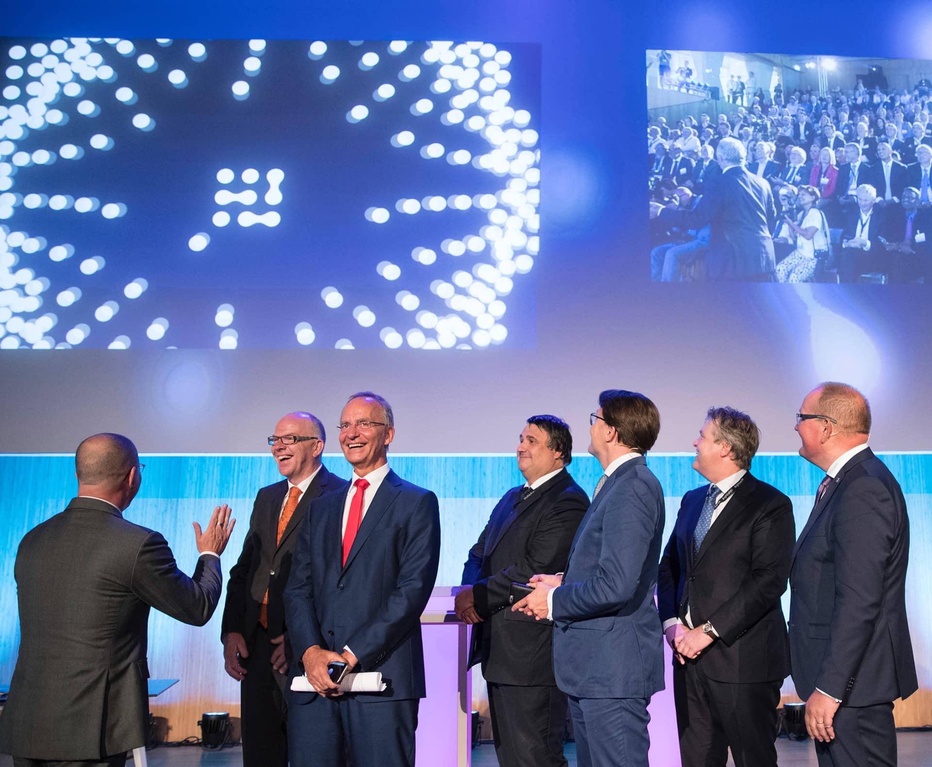 Founding fathers en ere gasten, waaronder Zijne Koninklijke Hoogheid Prins Constantijn en Minister Henk Kamp openen samen de Brightlands Smart Services Campus in Heerlen op een innovatieve manier die gebruik maakt van smartphones begeleid door Saus